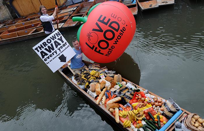 Ételhulladék kampány óriás paradicsommal